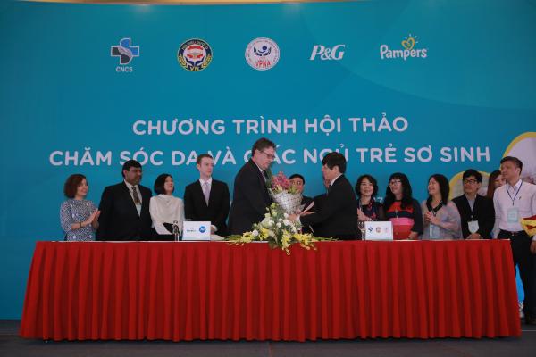 Trung tâm Tư vấn Dịch vụ Điều dưỡng Hỗ trợ Cộng đồng (Hội Điều dưỡng Việt Nam) hợp tác với nhãn hàng Pampers (Tập đoàn P&G)