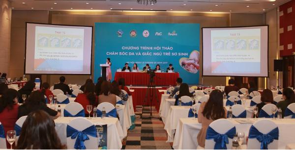 Hội thảo Chăm sóc da và giấc ngủ trẻ sơ sinh thu hút hàng trăm bác sĩ, điều dưỡng tham gia.