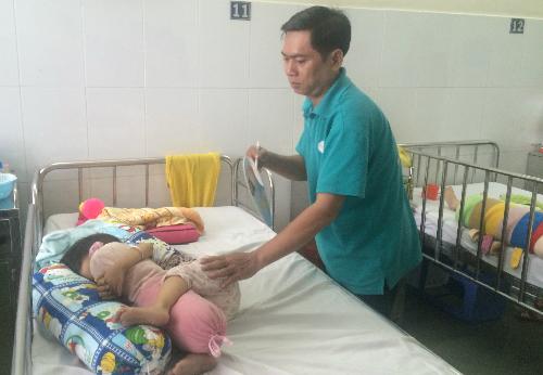 Trẻ đang điều trị tại khoa Tiêu hóa, Bệnh viện Nhi đồng 1. Ảnh: Lê Phương.