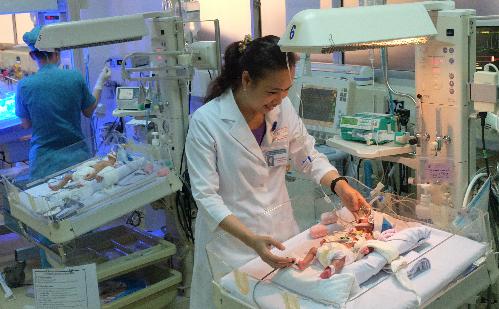 Bệnh nhi đang được theo dõi tích cực tại Khoa Hồi sức Sơ sinh. Ảnh: T.P