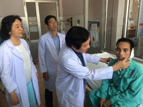 Tình trạng liệt mặt, méo miệng của bệnh nhân đã được cải thiện. Ảnh: Lê Phương.