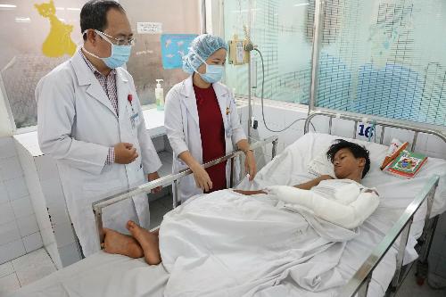 Bé trai hiện đang được điều trị kháng sinh tích cực để chống nhiễm trùng. Ảnh: T.P