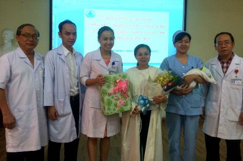 Bệnh viện tặng hoa và quà chúc mừng 3 mẹ con khỏe mạnh xuất viện ngày 25/4. Ảnh: Lê Phương.