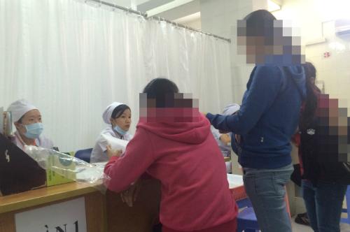 Tư vấn phá thai tại bệnh viện sản ở TP HCM. Ảnh: Lê Phương.