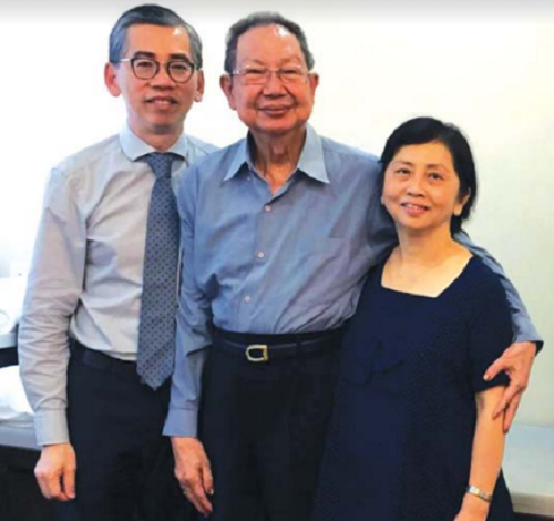 Vợ chồng ông Yani (bên phải) cùng bác sĩ điều trị Lim Hong Liang
