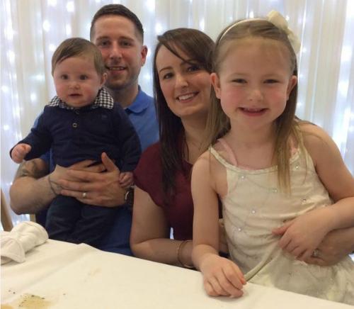 Bobby cùng bố mẹ và chị gái. Ảnh: Prevention.