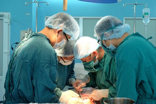 Các bác sĩ thực hiện phẫu thuật cho Nguyễn Đức ngày 11/5. Ảnh: T.N