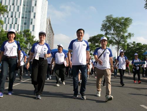 Hơn 5.000 người gồm gồm lãnh đạo các ban ngành, người dân, sinh viên, nghệ sĩ... tại TP HCM tham gia sự kiện 10.000 bước chân thay đổi cuộc sống
