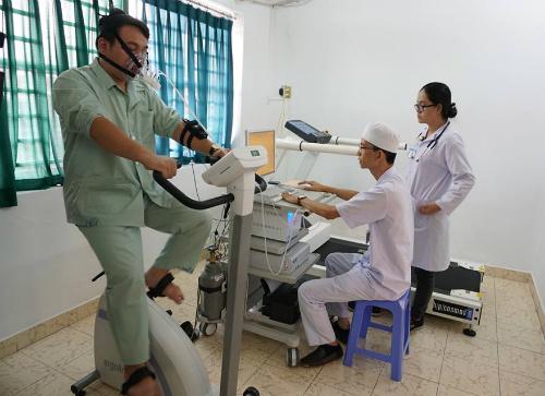 Bệnh nhân thực hiện dưới sự hướng dẫn của chuyên viên vật lý trị liệu và bác sĩ tim mạch. Ảnh: T.P