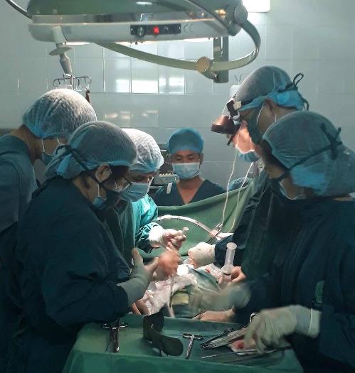 Các bác sĩ bệnh viện quận 2 thực hiện phẫu thuật. Ảnh: T.P