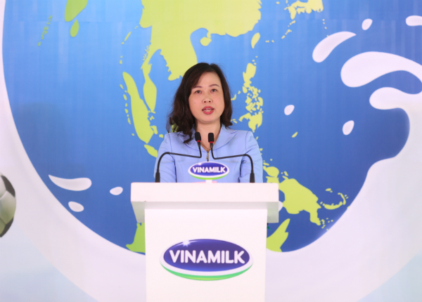 Bà Đào Hồng Lan - Thứ trưởng Bộ Lao động Thương binh Xã hội bày tỏ mong muốn nhiều trẻ em được uống sữa hơn để cải thiện tầm vóc và sức khỏe.
