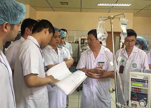 Các bác sĩ hội chẩn tìm phương án tốt nhất cho bệnh nhân. Ảnh: N.Đ.