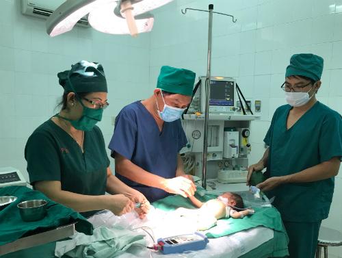 Các bác sĩ thực hiện phẫu thuật. Ảnh: C.T