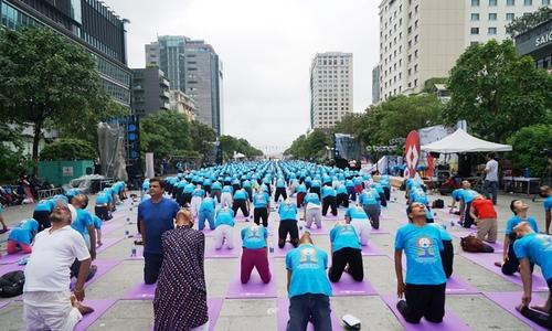 hang-nghin-nguoi-dong-dien-yoga-tren-pho-di-bo-nguyen-hue