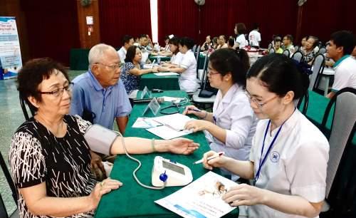 Hơn 200 người được tầm soát tăng huyết áp tại Bệnh viện Thống Nhất ngày 12/7. Ảnh: T.P
