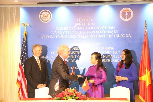 Bộ trưởng Y tế Nguyễn Thị Kim Tiến và Bộ trưởng Y tế và Dịch vụ con người Mỹ Tom Price cũng đã ký kết bản ghi nhớ về hợp tác phát triển phòng xét nghiệm tham chiếu quốc gia ngày 23/8. Ảnh: T.D