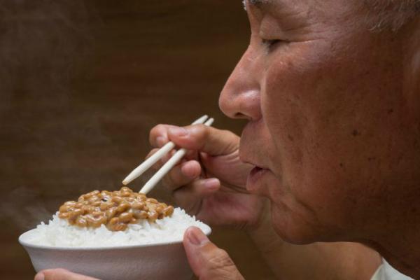 Người Nhật thườngăn natto cùng cơm sáng.Ảnh: Haccola