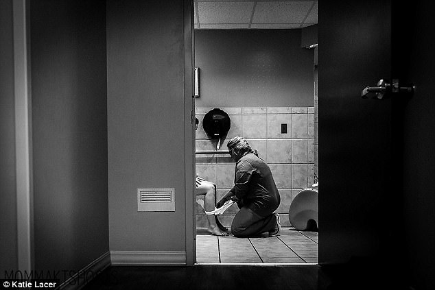 buc-anh-nu-y-ta-cham-soc-san-phu-trong-toilet-gay-xuc-dong