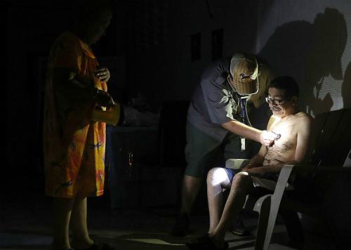 Bệnh viện mất điện, bác sĩ Mỹ soi đèn điện thoại để phẫu thuật - 208895