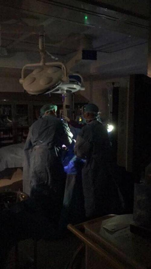 Bệnh viện mất điện, bác sĩ Mỹ soi đèn điện thoại để phẫu thuật - 208894