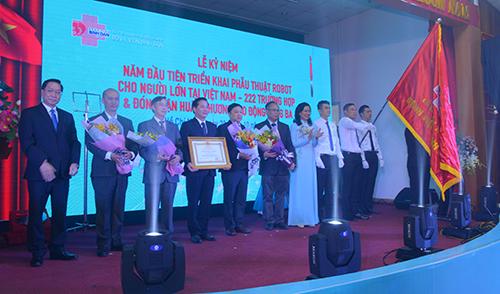 Tập thể Bệnh viện Bình Dân đón nhận Huân chương Lao động hạng Ba