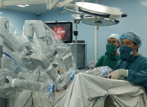 Bác sĩ thực hiện phẫu thuật trên hệ thống robot. Ảnh: H.N