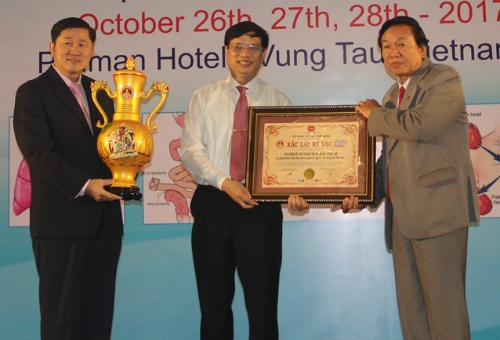 Do sức khỏe giáo sư Lê Thế Trung không thể tham dự sự kiện, con trai ông là thiếu tướng, giáo sư Lê Trung Hải đón nhận bằng xác lập Kỷ lục thay bố