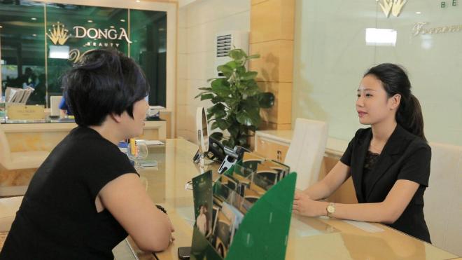 Sau nhiều đắn đo, chị Trang quyết định đến thẩm mỹ viện Đông Á để tư vấn.
