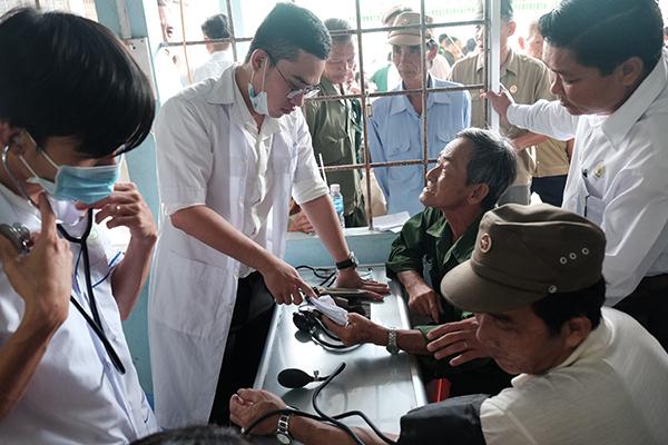Bác sĩ khám bệnh cho các cựu chiến binh Cà Mau. Ảnh: L.P