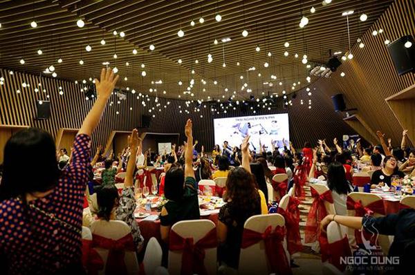 Hàng ngàn voucher làm đẹp miễn phí Vui đón Xuân sang được trao tận tay khách mời.
