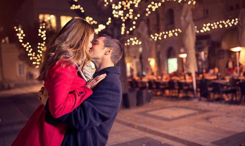 Một nụ hôn mạnh có thể gây mất thính giác. Ảnh: DM.