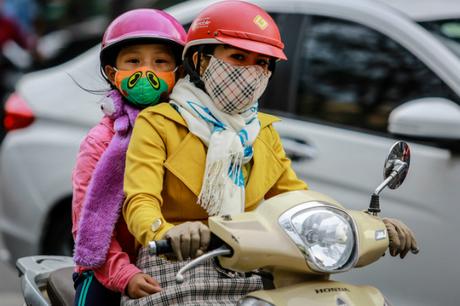 Nhiều người chưa biết cách giữ ấm cho trẻ đúng cách khi trời lạnh