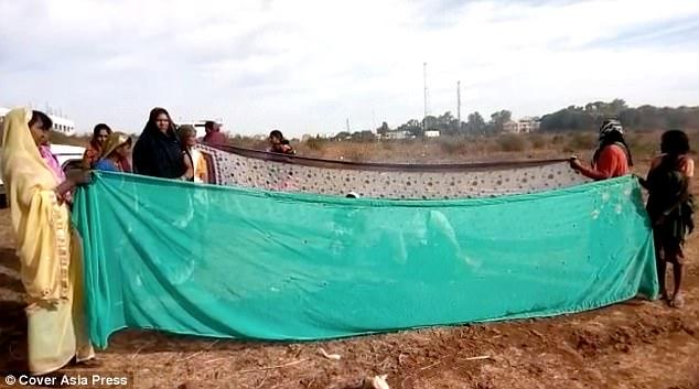 Người dân dựng lều giúp Devi vượt cạn. Ảnh: CAP.