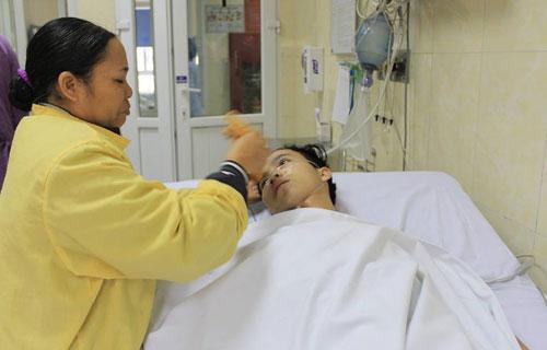 Chàng sinh viên nghèo bị nhiễm khuẩn huyết do tụ cầu, liệt nửa người, hở van động mạch chủ. Ảnh: T.X.