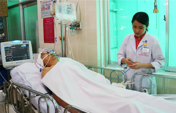 Bệnh nhân Bùi Đức Công đang điều trị tích cực tại Bệnh viện Chợ Rẫy. Ảnh: Lê Phương.