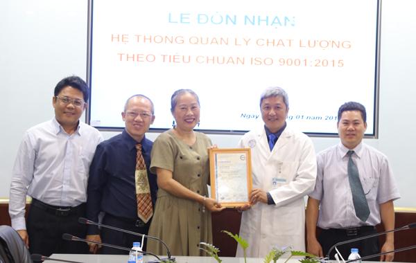 Giám đốc Bệnh viện Chợ Rẫy được trao chứng nhận tiêu chuẩn ISO 9001:2015 ngày 5/1. Ảnh: N.H