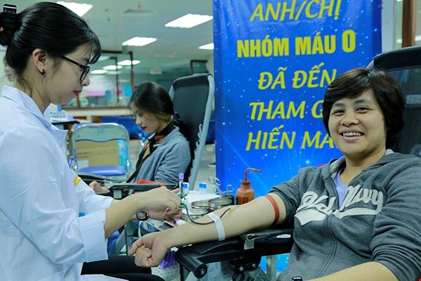 Dù bận viện, chị Hương vẫn tranh thủ đi hiến máu. Chị có nhóm máu O và đây là lần thứ 3 chị đi hiến. Ảnh: Tuấn Thắng.