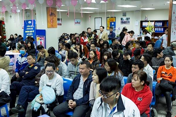 Hàng trăm người đổ về Viện Huyết học-Truyền máu Trung ương những ngày gần đây. Ảnh: Vương Tuấn.
