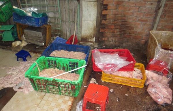 Lòng heo sử dụng chất tẩy trắng, đổ tràn ra sàn nhà tại quận 12. Ảnh: ATTP
