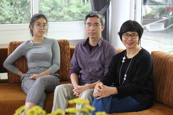 Vợ chồng ông Giang cùng con gái Mai Chi. Ảnh: Lê Nga.
