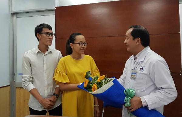 Tiến sĩ Nguyễn Anh Dũng, Giám đốc Bệnh viện Nhân dân Gia Định chúc mừng bệnh nhân xuất viện ngày 9/11. Ảnh: Lê Phương.