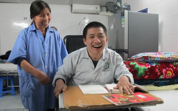 Anh Hải cùng mẹ tại Trung tâm Phục hồi chức năng, Bệnh viện Bạch Mai. Ảnh: Nam Pương.