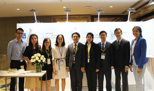 Bác sĩ Ngọc Lan (áo đen, ở giữa) và một số thành viên trong nhóm nghiên cứu. Ảnh: M.Đ