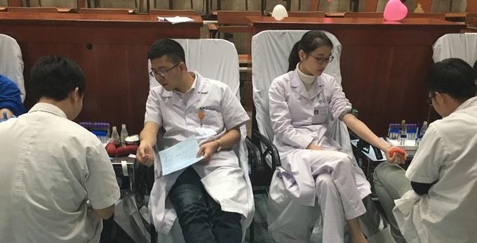 Người Hà Nội xếp hàng hiến máu cho bệnh nhi