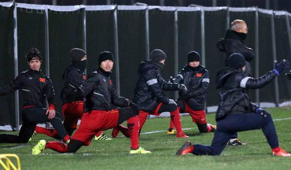 Thầy trò U23 Việt Nam tập luyện trong giá lạnh tại Trung Quốc. Ảnh: Anh Khoa.