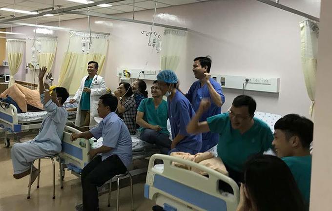 Bệnh nhân quên đi đau đớn cùng bác sĩ hò hét cổ vũ U23 Việt Nam
