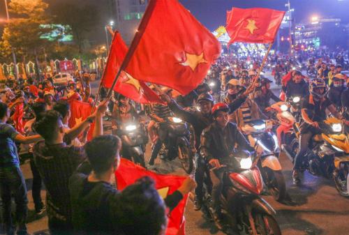 Người hâm mộ Đà Nẵng đổ ra đường ăn mừng sau chiến thắng của đội tuyển U23 Việt Nam ngày 23/1. Ảnh:Nguyễn Đông.