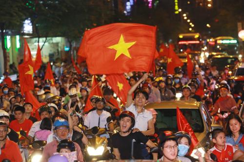 Cổ động viên đổ ra đường ăn mừng sau chiến thắng hôm 23/1 của đội tuyển U23 Việt Nam. Ảnh: Thành Nguyễn.