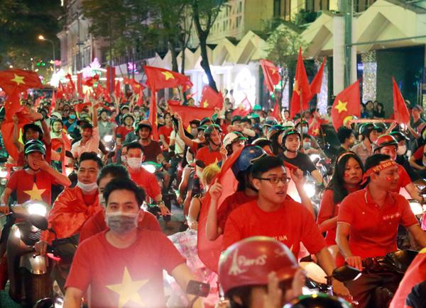 Người dân đổ ra đường ăn mừng sau trận chung kết Giải Vô địch U23 châu Á.