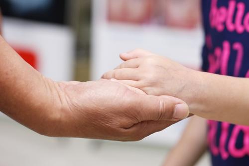 Sau bốn năm kiên trì điều trị, đến nay các khối u máu trên tay con anh Hoàng đã lặn hết. Ảnh: TT.